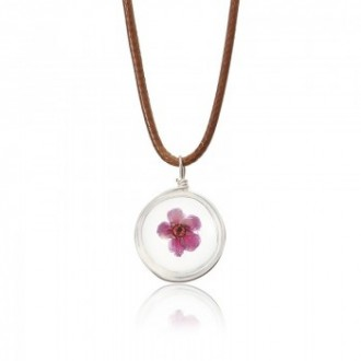 Collier et pendentif de belles fleurs séchées dans une boule de cristal